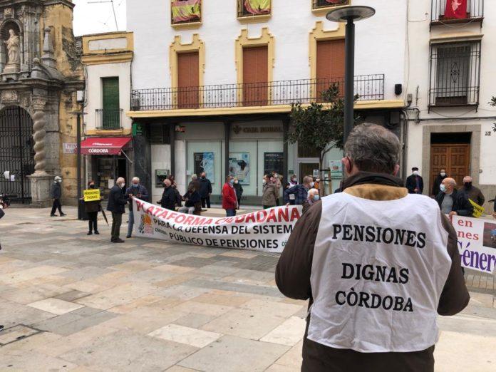 Concentración de pensionistas enfrente del Ayuntamiento