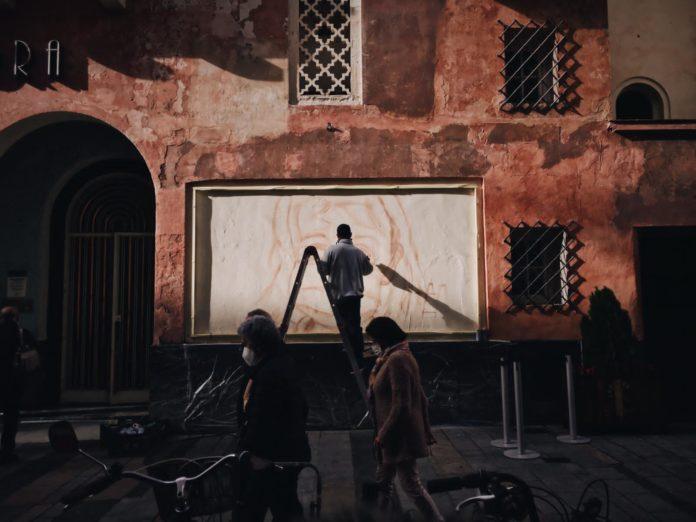Sake Leneka dibuja un grafiti en la fachada del Teatro Góngora de Córdoba