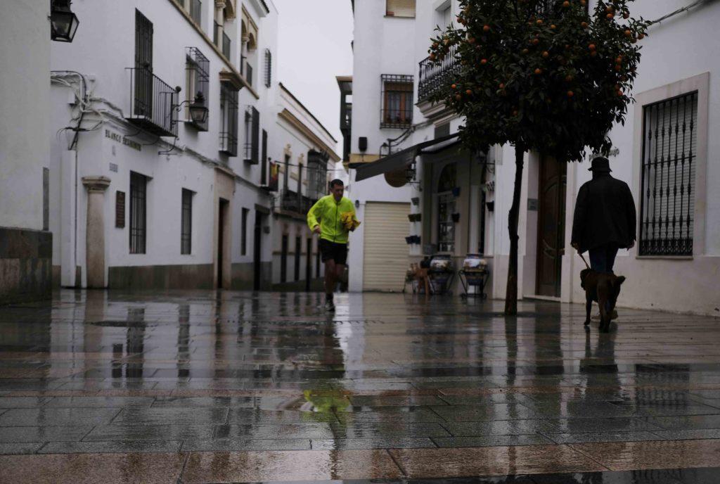 Una persona corre bajo la lluvia