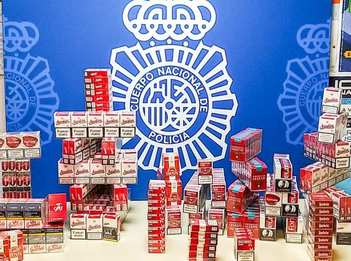 Cajetillas de tabaco ocultas en un habitáculo en una pared del establecimiento
