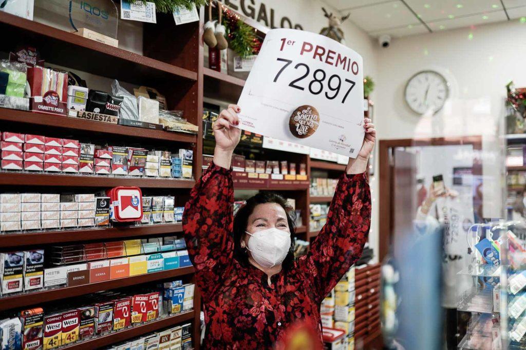 Concepción Sánchez sujeta el número premiado FOTO: MIGUEL VALVERDE