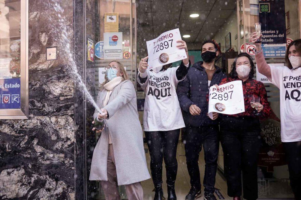 La administración de Jesús Rescatado celebra la venta del 'Gordo'. FOTO: MIGUEL VALVERDE