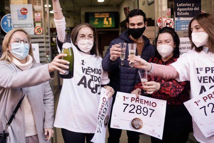 Los trabajadores de la administración celebran el primer premio de la Lotería de Navidad FOTO: MIGUEL VALVERDE