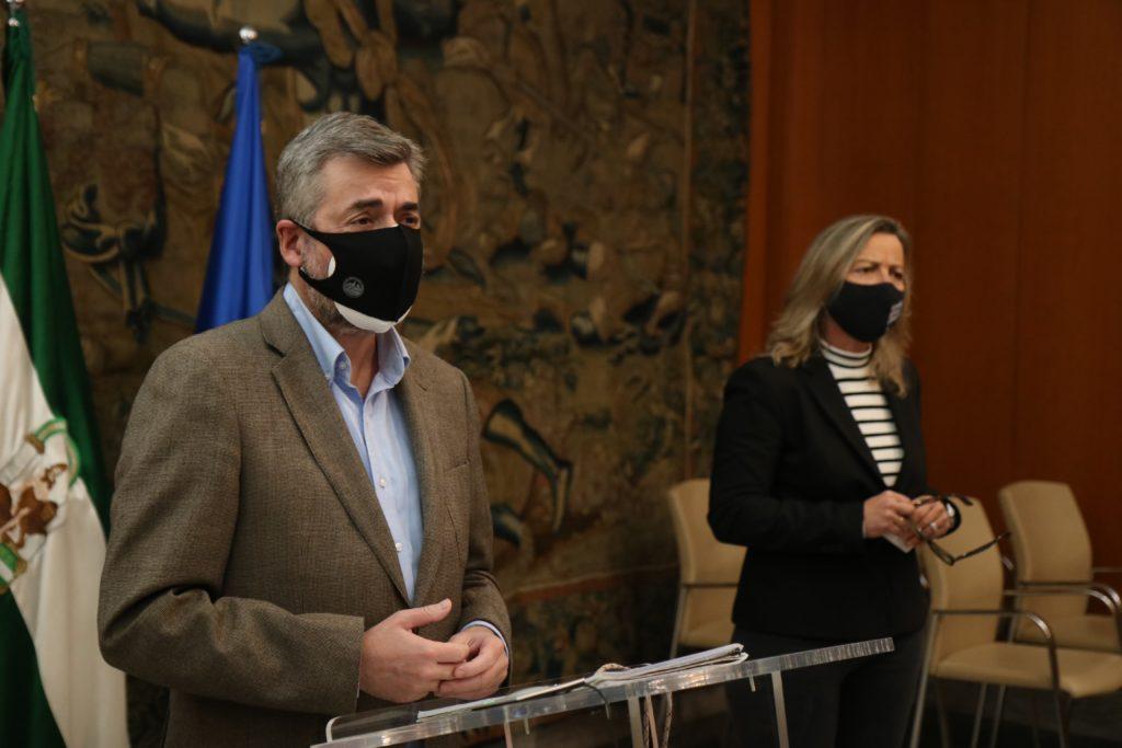 Miguel Ángel Torrico e Isabel Albás en ela sala de prensa del Ayuntamiento de Córdoba