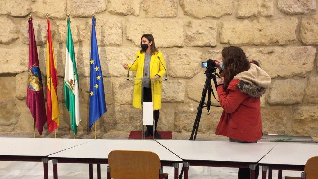 La concejala del PSOE, Isabel Ambrosio, en la rueda de prensa del Ayuntamiento de Córdoba