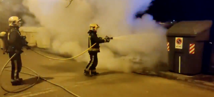 Los bomberos sofocan el fuego de un contenedor en El Higuerón