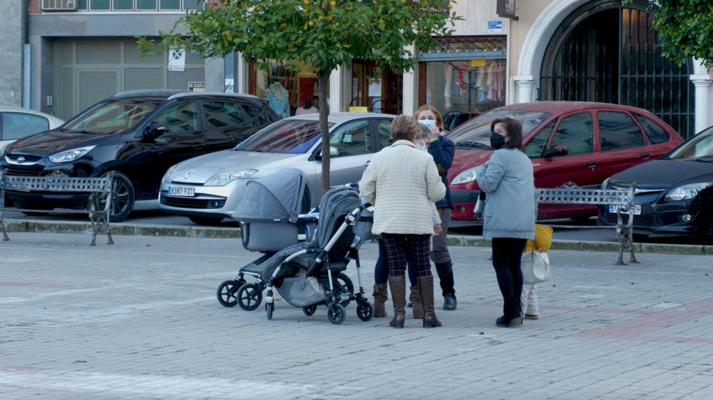Vecinas de Fernán-Núñez pasean por la calle
