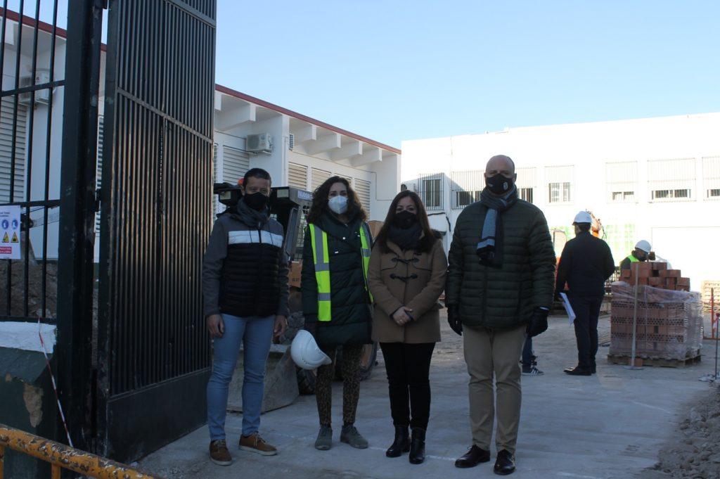 César del Espino y Lourdes Parra junto al director del colegio