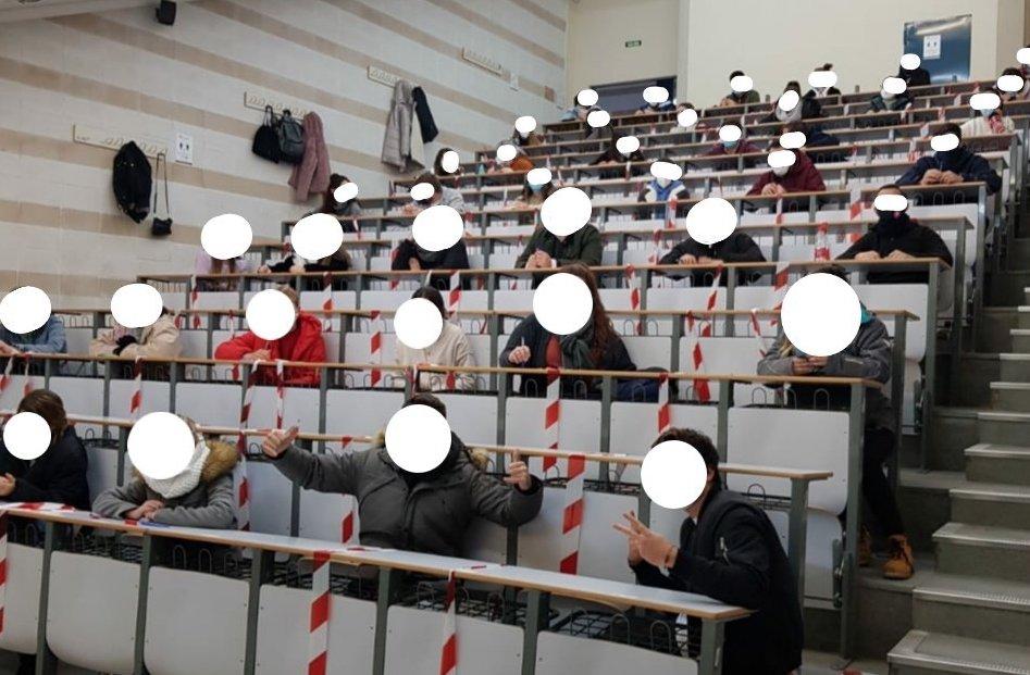 Aula llena durante un examen en Rabanales. FOTO: Frente de Estudiantes