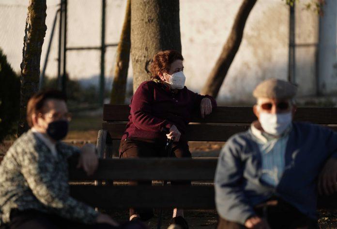 Unas personas mayores cumpliendo las medidas de seguridad en un parque