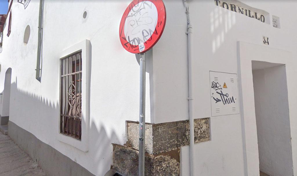 Puerta trasera de servicio en la calle Tornillo