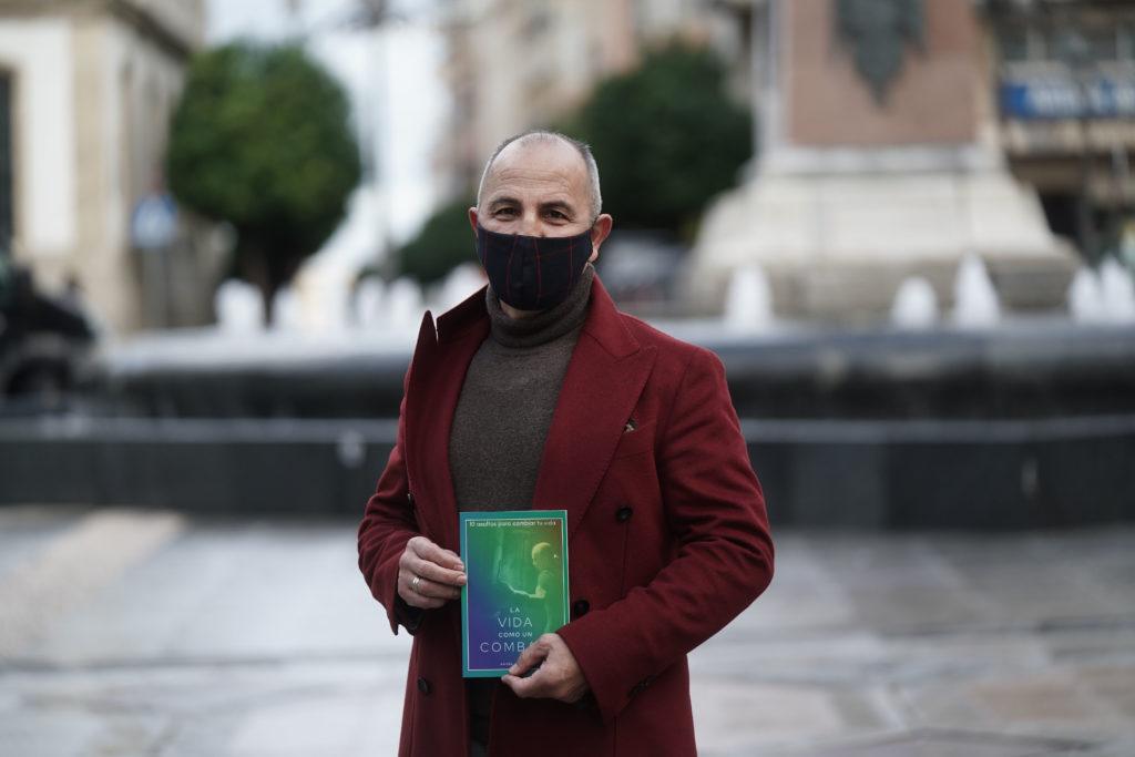 El campeón de 'Kick boxing' y subcampeón de 'Taekwondo' con el libro de sus vivencias