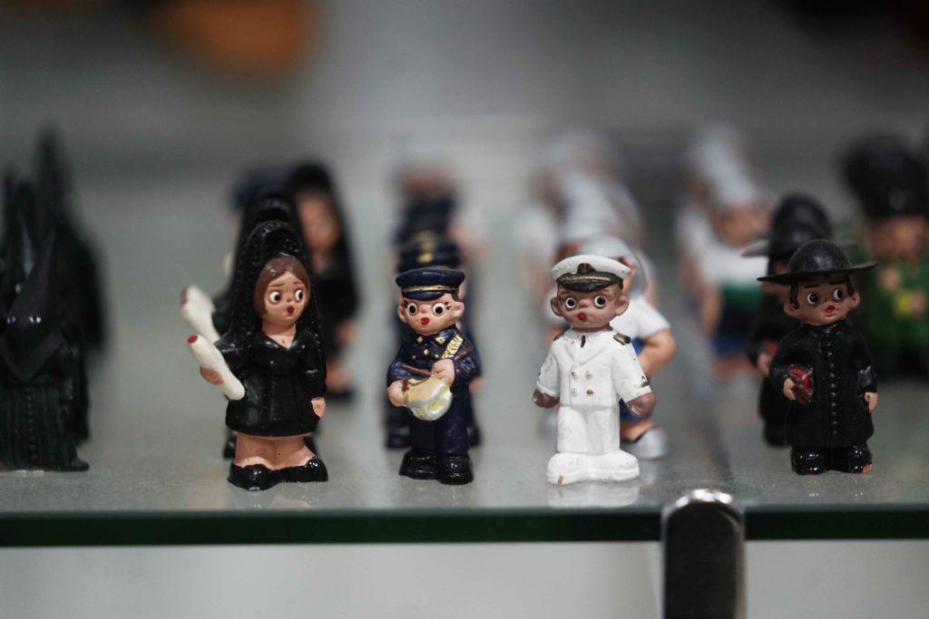 Figurillas de mantilla, policía y marinero