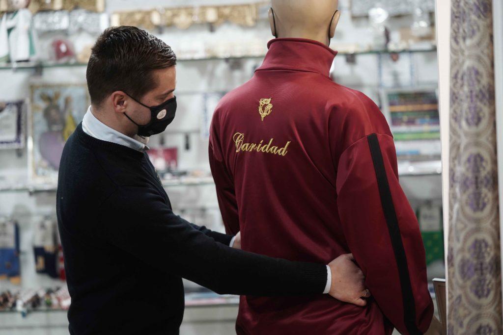 Juan Manuel Cabello acomodando una de las chaquetas de su tienda