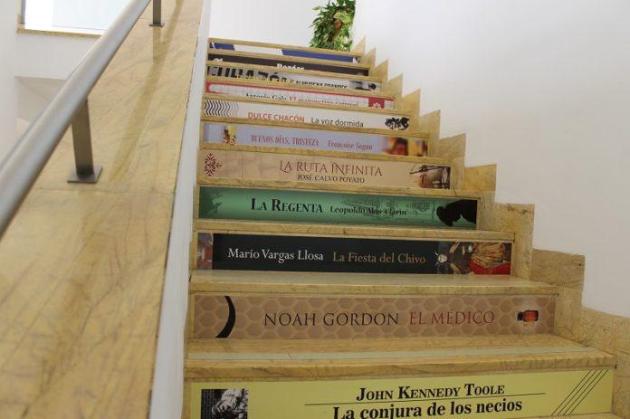 Decoración escaleras biblioteca