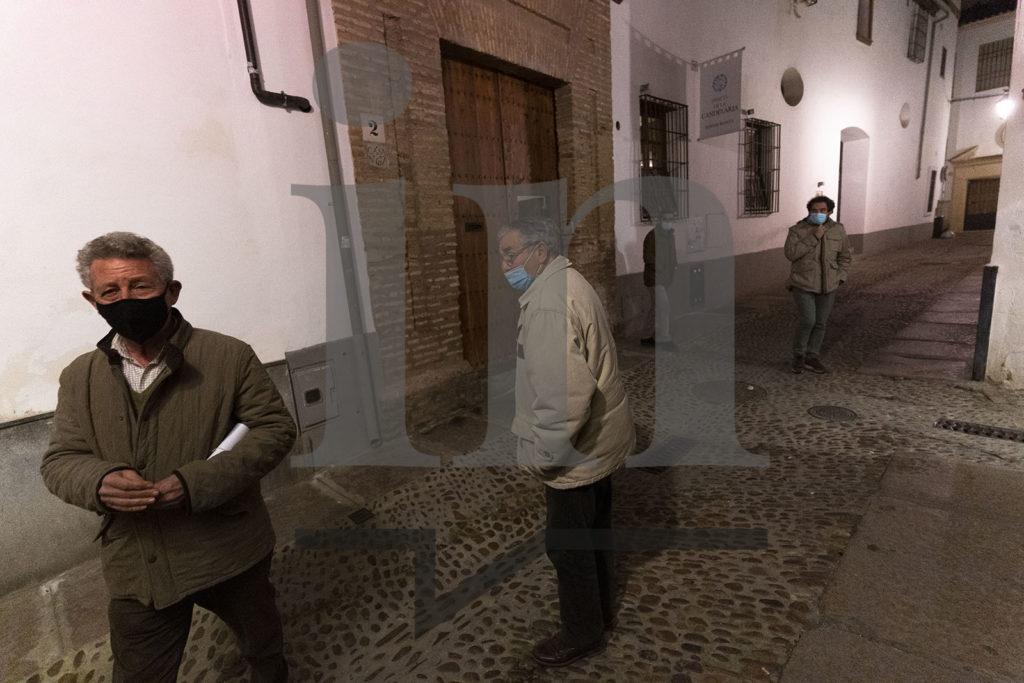 Los asistentes salen después de la reunión secreta