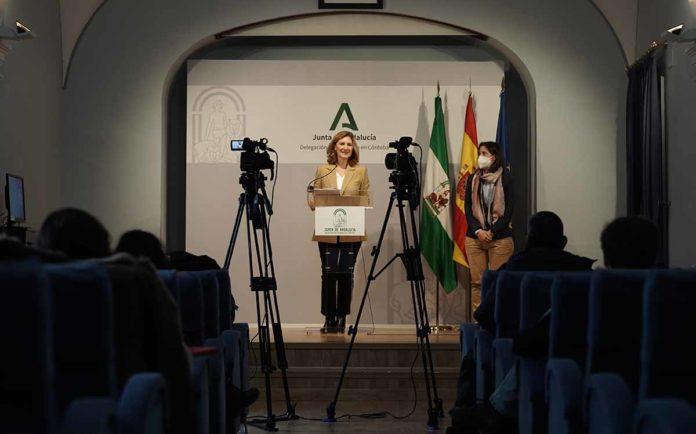 La secretaria general de Vivienda de la Junta, Alicia Martínez, presenta las ayudas.