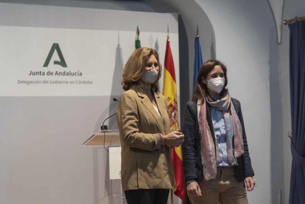 De izquierda a derecha, Alicia Martínez y Cristina Casanueva, presentan las ayudas. FOTO: RAM