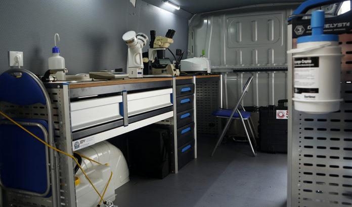 Interior del laboratorio móvil del IAPH, dotado con recursos tecnológicos de última generación para conservar el patrimonio.
