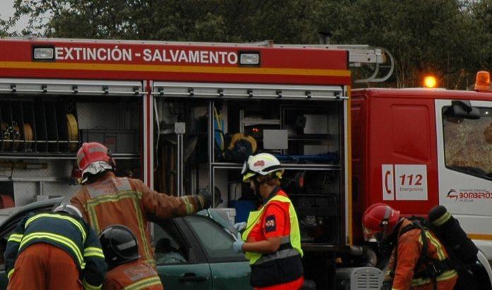 Bomberos y sanitarios, durante una intervención en carretera.