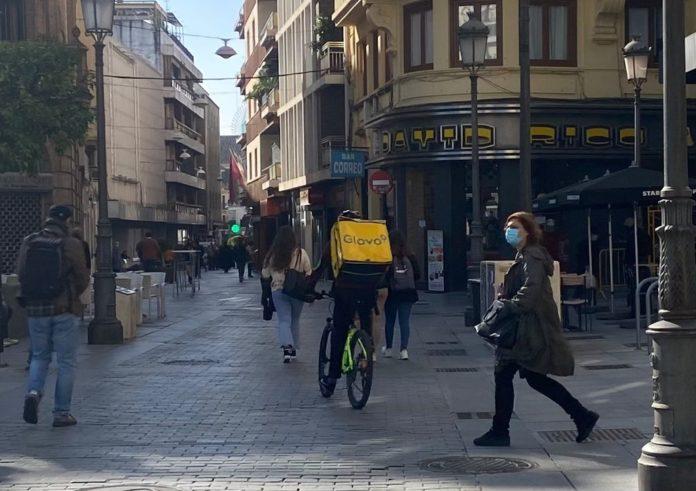 'Rider' de 'Glovo' repartiendo un pedido en el centro de Córdoba