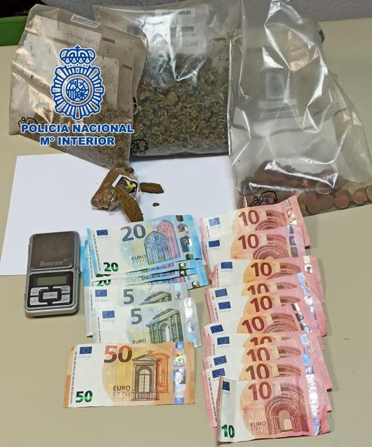 Diferentes sustancias estupefacientes así como más de 250 euros en efectivo y diversas armas blancas incautadas
