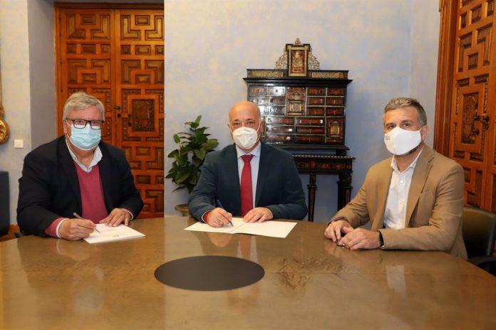 El presidente de la Diputación de Córdoba, Antonio Ruiz (centro), en la firma con UPA