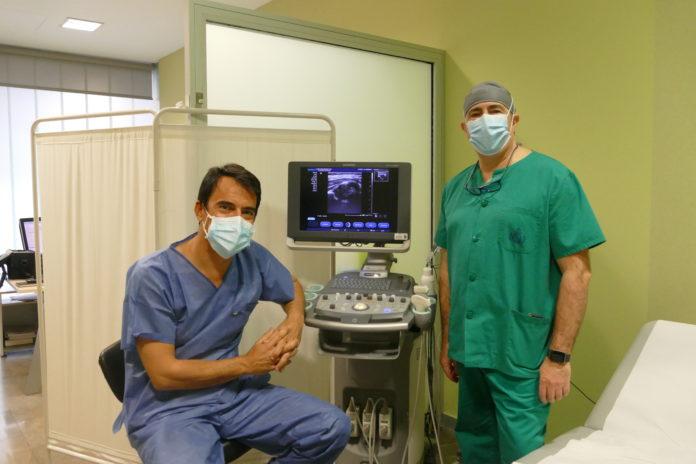 El doctor Abad junto al jefe de servicio de Traumatología Miguel Ángel Aguayo