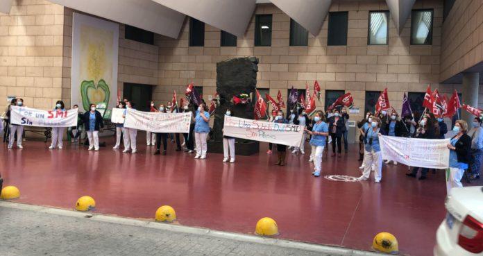 Manifestación de limpiadoras en el Hospital Reina Sofía