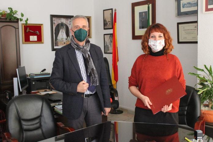 Juan Pérez y Ana Montes firman el convenio en la Alcaldia