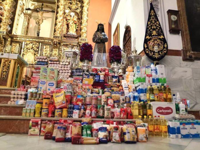 Ntro. Padre Jesús Cautivo de Peñarroya-Pueblonuevo rodeado de los alimentos llevados por los fieles