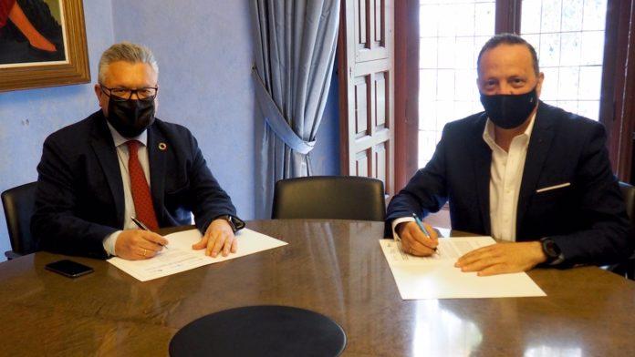 El presidente de Emproacsa, Esteban Morales (izda.), y el presidente de Facua Córdoba, Francisco Martínez.