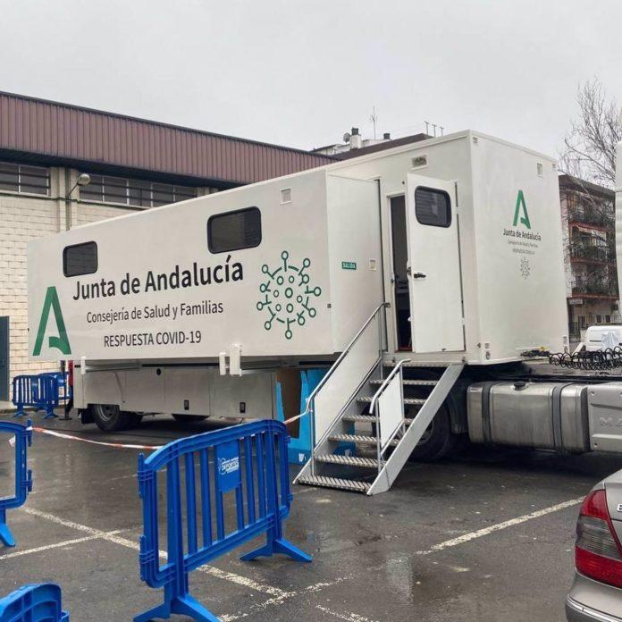 La Unidad Móvil de la Consejería de Salud y Familias de la Junta de Andalucía que se desplaza por la provincia de Córdoba