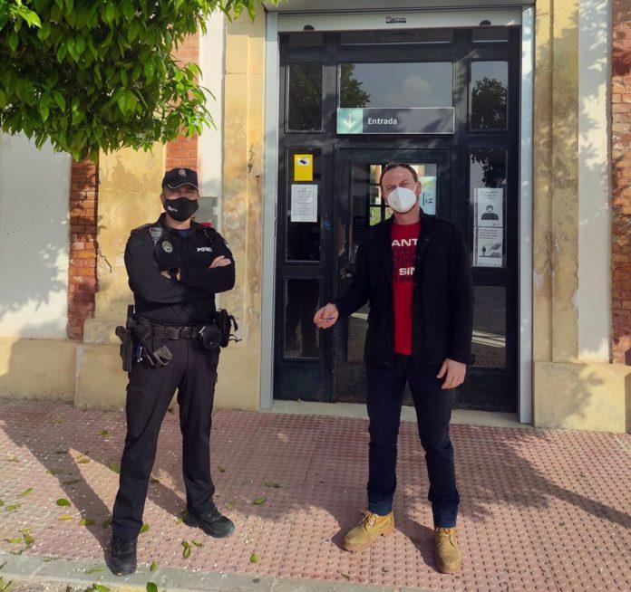 El edil de Seguridad de Palma del Río, Fran Corral, con las llaves de la estación de ferrocarril, junto al jefe de la Policía Local, Carlos Valenzuela