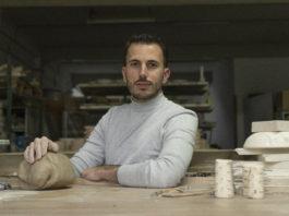 El ceramista, Luis Torres, en su taller de La Rambla (Córdoba)