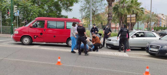 Accidente entre un turismo y una moto.