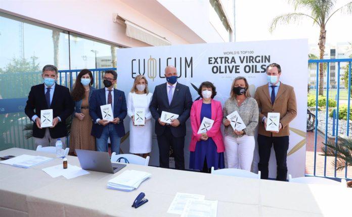 El presidente de la Diputación de Córdoba, Antonio Ruiz (cuarto por la dcha.), en la cata final del concurso de la Guía Evooleum Top 100