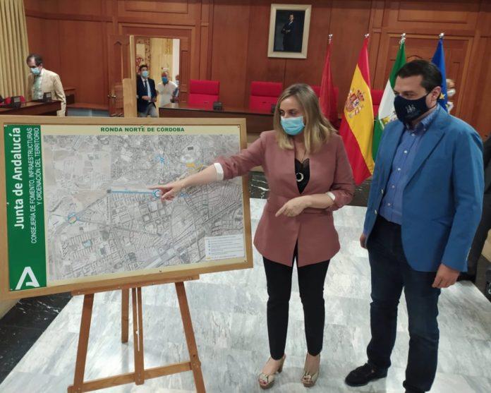 Marifrán Carazo muestra a José María Bellido el trazado de la Ronda Norte de Córdoba
