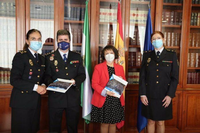 La inspectora jefa Ana Cambón entrega ejemplares del libro en conmemoración del 40º aniversario de la incorporación de la mujer en la Policía Nacional