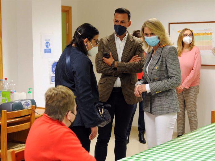 La gerente de Faisem, Silvia Maraver, en su visita al Centro de Día en Cabra