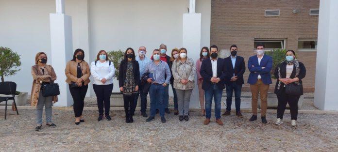 Representantes de Cs con los feriantes en Lucena