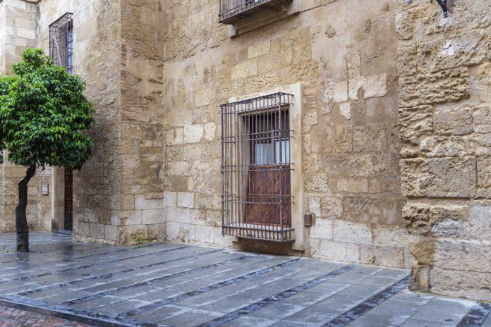 La ventana en el Palacio Episcopal que recuperará su función de puerta y dará acceso directo a la Librería Diocesana