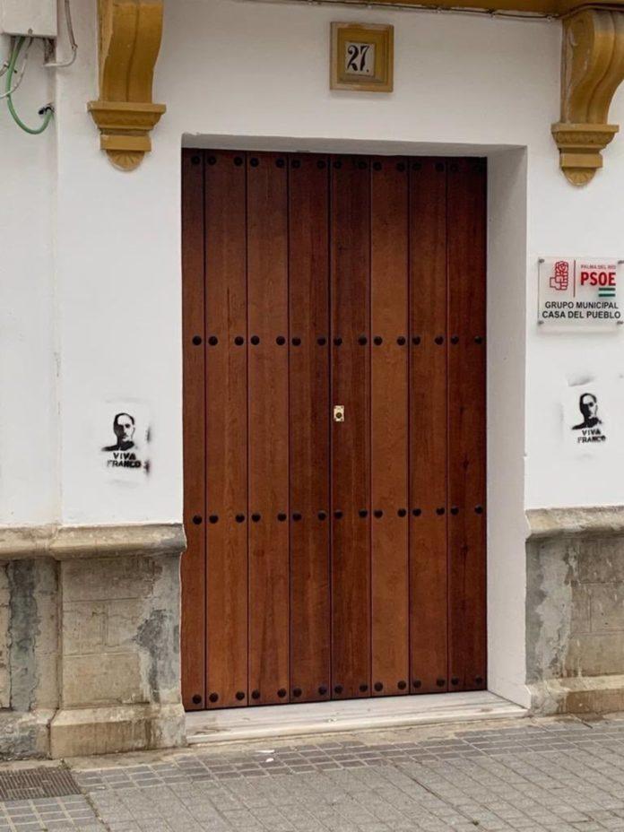 La sede del PSOE de Palma del Río con pintadas franquistas
