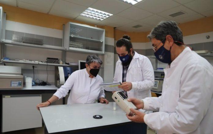 El equipo del Laboratorio Lechero Ana Garzón, Antonio Figueroa y Javier Caballero-Villalobos midiendo distintos atributos de la leche
