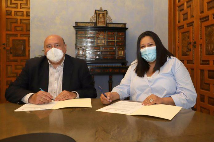 Diputación, La vicepresidenta del Patronato de Turismo de la Diputación de Córdoba, Dolores Amo, en la firma con la Asociación 'Amigos de los Patios'