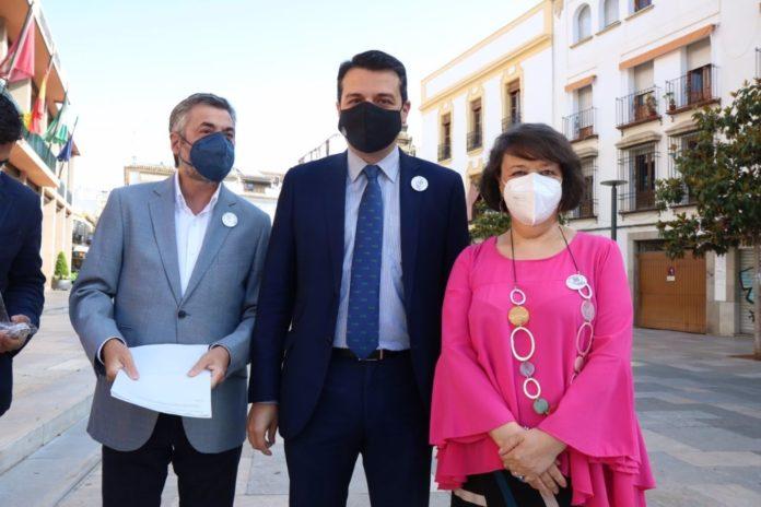 El alcalde de Córdoba, José María Bellido, y la subdelegada del Gobierno, Rafaela Valenzuela, junto al edil de Movilidad, Miguel Ángel Torrico