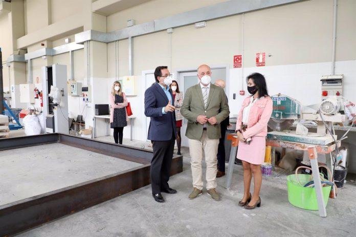 El presidente de la Diputación de Córdoba, Antonio Ruiz (centro), en su visita a las instalaciones del Centro de Innovación Andaluz para la Construcción Sostenible