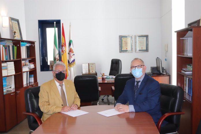 Enrique Castillo y Alberto Castro, durante la firma del acuerdo