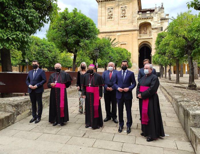 Moreno (2º dcha.), entre el deán del Cabildo y el nuncio del Papa en España (centro), junto al alcalde y el obispo de Córdoba (izda.) y con los consejeros de Cultura y Salud (detrás), en el Patio de los Naranjos de la Mezquita