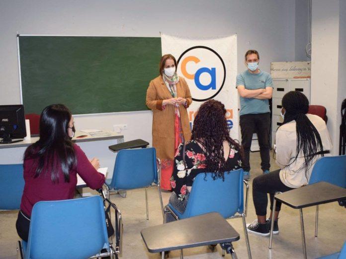 Blanca Torrent con las alumnas del curso en 'Operaciones auxiliares de comercio'